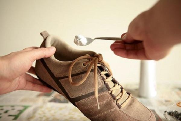 Tips Menghilangkan Bau Pada Sepatu