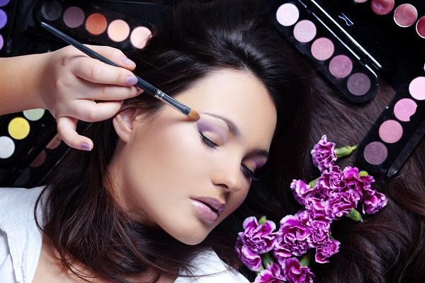 5 Trik Makeup Mengatasi Wajah Tampak Lesu